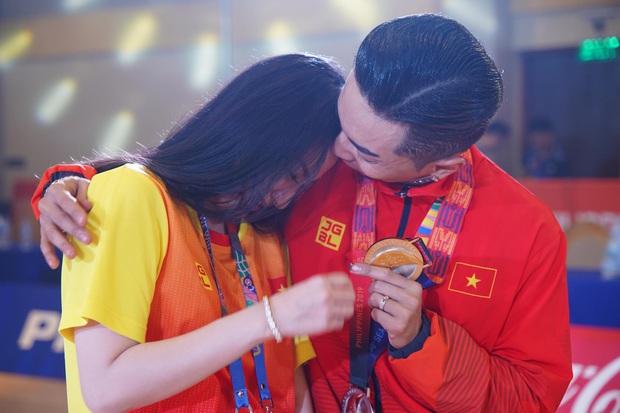 Phan Hiển chính thức giành HCV tại SEA Games 30, Khánh Thi lập tức òa khóc nức nở, ôm chầm lấy chồng vì quá hạnh phúc! - Ảnh 4.