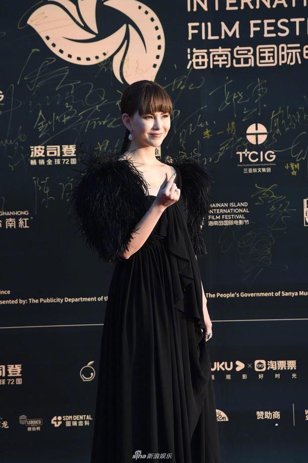 Thảm đỏ gây thất vọng hôm nay: Dương Mịch lộ body tăng cân, Trần Kiều Ân - Côn Lăng bị netizen chê dừ chát - Ảnh 6.