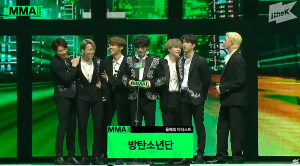 Được phó chủ tịch đẹp trai trao Daesang, V (BTS) nhảy chân sáo lên sân khấu nhận giải khiến fan hú hét vì quá đáng yêu - Ảnh 3.