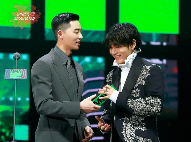 Được phó chủ tịch đẹp trai trao Daesang, V (BTS) nhảy chân sáo lên sân khấu nhận giải khiến fan hú hét vì quá đáng yêu - Ảnh 2.