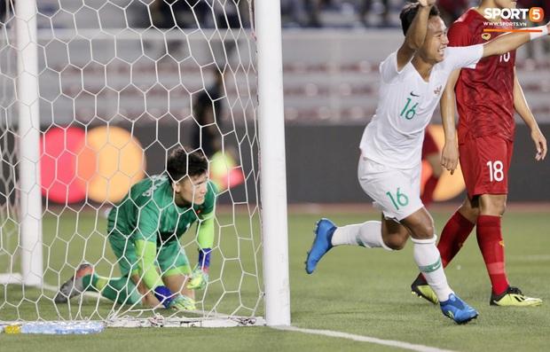 Cận cảnh tình huống Bùi Tiến Dũng mắc sai lầm, tặng free U22 Indonesia một bàn thắng ở SEA Games 30 - Ảnh 7.