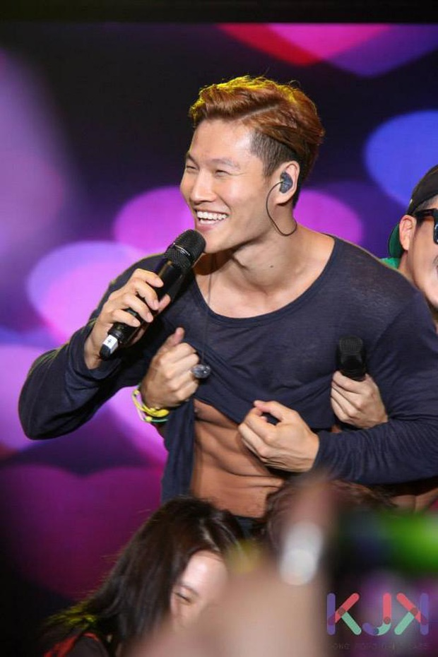 Fanmeeting Running Man là dịp mà Kim Jong Kook bị vạch áo cho người xem... múi - Ảnh 5.