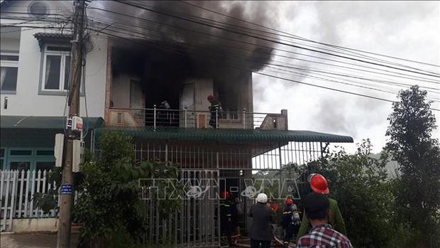 Cháy nhà giữa khu dân cư, 2 thiếu niên kịp thoát ra ngoài - Ảnh 1.