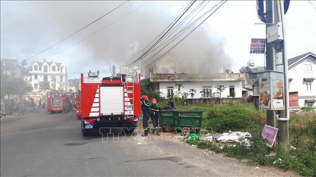 Cháy nhà giữa khu dân cư, 2 thiếu niên kịp thoát ra ngoài - Ảnh 4.