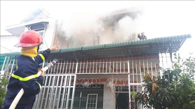 Cháy nhà giữa khu dân cư, 2 thiếu niên kịp thoát ra ngoài - Ảnh 2.
