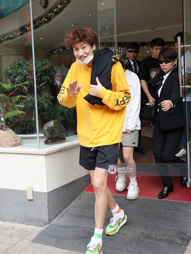 Dàn Running Man rời khách sạn đi tổng duyệt: Ngã ngửa vì tóc của Lee Kwang Soo, Hổ cười tít nhưng Ji Hyo sao thế này? - Ảnh 3.