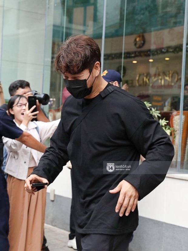 Dàn Running Man rời khách sạn đi tổng duyệt: Ngã ngửa vì tóc của Lee Kwang Soo, Hổ cười tít nhưng Ji Hyo sao thế này? - Ảnh 8.
