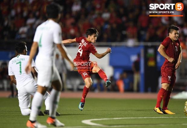 Sau pha đánh đầu gỡ hòa 1-1, người hùng Thành Chung thực hiện hành động an ủi vô cùng tinh tế với thủ môn Bùi Tiến Dũng - Ảnh 8.