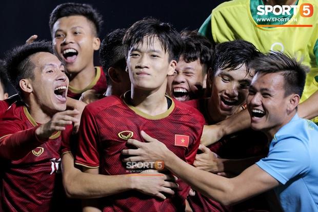 Sau pha đánh đầu gỡ hòa 1-1, người hùng Thành Chung thực hiện hành động an ủi vô cùng tinh tế với thủ môn Bùi Tiến Dũng - Ảnh 9.
