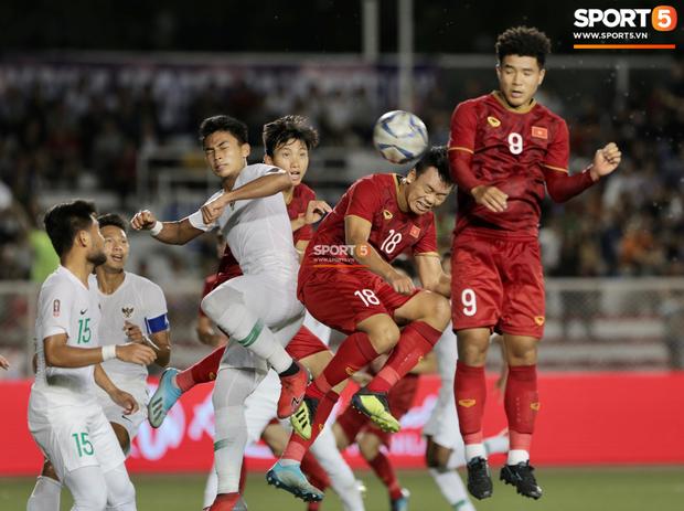 Sau pha đánh đầu gỡ hòa 1-1, người hùng Thành Chung thực hiện hành động an ủi vô cùng tinh tế với thủ môn Bùi Tiến Dũng - Ảnh 2.