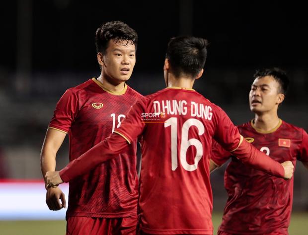 Sau pha đánh đầu gỡ hòa 1-1, người hùng Thành Chung thực hiện hành động an ủi vô cùng tinh tế với thủ môn Bùi Tiến Dũng - Ảnh 3.