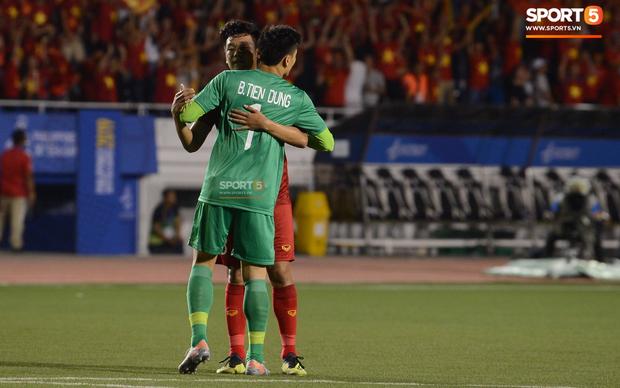 Sau pha đánh đầu gỡ hòa 1-1, người hùng Thành Chung thực hiện hành động an ủi vô cùng tinh tế với thủ môn Bùi Tiến Dũng - Ảnh 4.