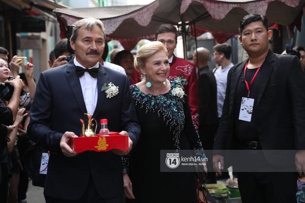 Lễ rước dâu MC Hoàng Oanh và chồng Tây cực phẩm: Cô dâu chú rể cực tình, liên tục khoá môi nhau ngọt ngào hết mức - Ảnh 5.