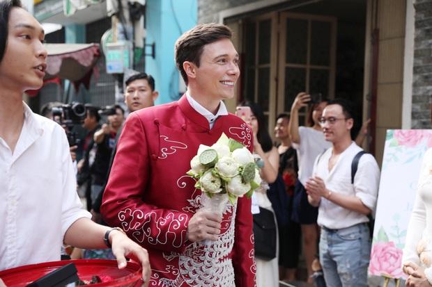 Lễ rước dâu MC Hoàng Oanh và chồng Tây cực phẩm: Cô dâu chú rể cực tình, liên tục khoá môi nhau ngọt ngào hết mức - Ảnh 2.