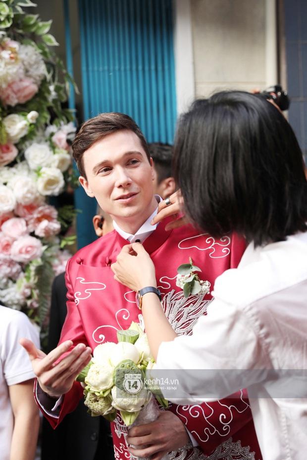 Lễ rước dâu MC Hoàng Oanh và chồng Tây cực phẩm: Cô dâu chú rể cực tình, liên tục khoá môi nhau ngọt ngào hết mức - Ảnh 3.