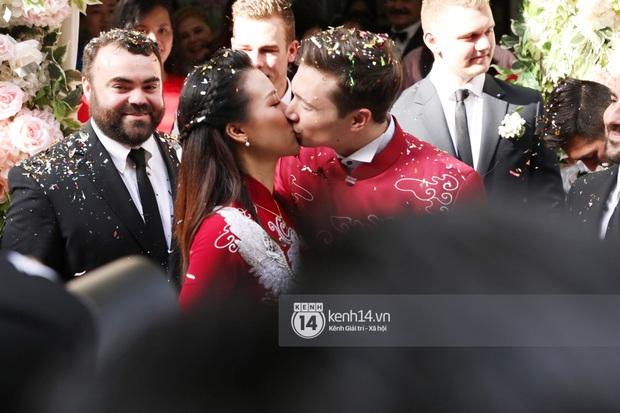 Lễ rước dâu MC Hoàng Oanh và chồng Tây cực phẩm: Cô dâu chú rể cực tình, liên tục khoá môi nhau ngọt ngào hết mức - Ảnh 13.