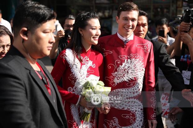 Lễ rước dâu MC Hoàng Oanh và chồng Tây cực phẩm: Cô dâu chú rể cực tình, liên tục khoá môi nhau ngọt ngào hết mức - Ảnh 16.