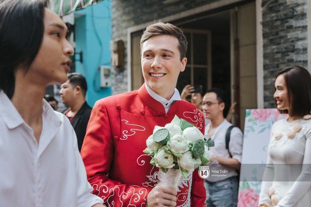 Lễ rước dâu MC Hoàng Oanh và chồng Tây cực phẩm: Cô dâu chú rể cực tình, liên tục khoá môi nhau ngọt ngào hết mức - Ảnh 1.
