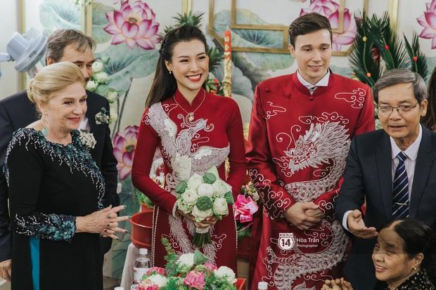 Lễ rước dâu MC Hoàng Oanh và chồng Tây cực phẩm: Cô dâu chú rể cực tình, liên tục khoá môi nhau ngọt ngào hết mức - Ảnh 6.