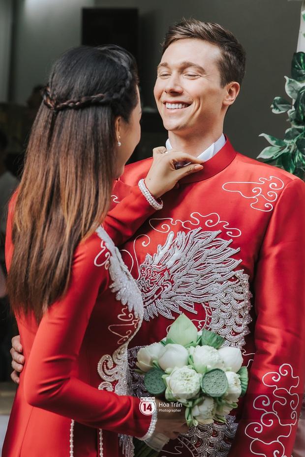Lễ rước dâu MC Hoàng Oanh và chồng Tây cực phẩm: Cô dâu chú rể cực tình, liên tục khoá môi nhau ngọt ngào hết mức - Ảnh 9.