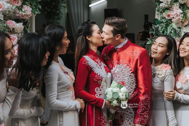 Lễ rước dâu MC Hoàng Oanh và chồng Tây cực phẩm: Cô dâu chú rể cực tình, liên tục khoá môi nhau ngọt ngào hết mức - Ảnh 8.