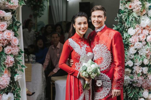 Lễ rước dâu MC Hoàng Oanh và chồng Tây cực phẩm: Cô dâu chú rể cực tình, liên tục khoá môi nhau ngọt ngào hết mức - Ảnh 7.
