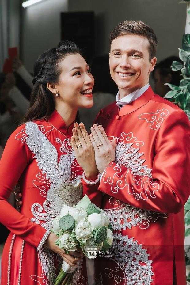 Lễ rước dâu MC Hoàng Oanh và chồng Tây cực phẩm: Cô dâu chú rể cực tình, liên tục khoá môi nhau ngọt ngào hết mức - Ảnh 10.