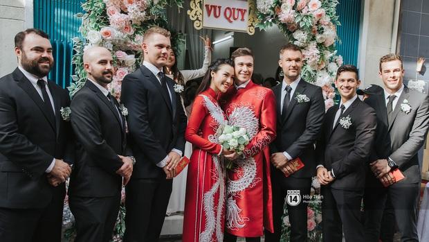 Lễ rước dâu MC Hoàng Oanh và chồng Tây cực phẩm: Cô dâu chú rể cực tình, liên tục khoá môi nhau ngọt ngào hết mức - Ảnh 12.
