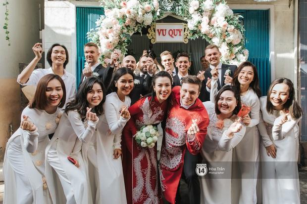 Lễ rước dâu MC Hoàng Oanh và chồng Tây cực phẩm: Cô dâu chú rể cực tình, liên tục khoá môi nhau ngọt ngào hết mức - Ảnh 11.