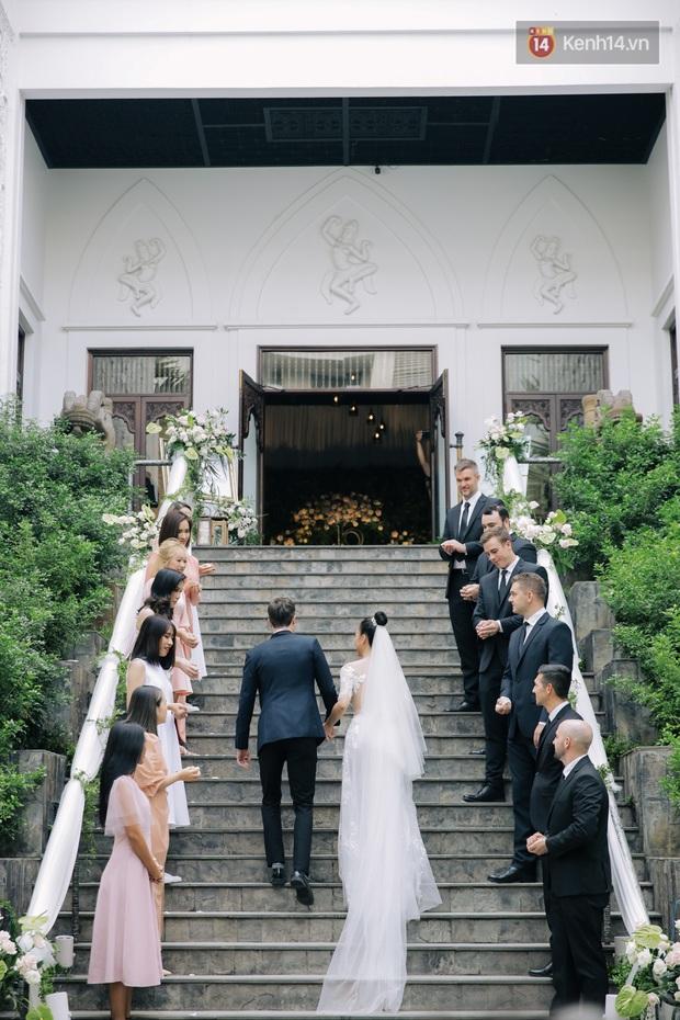 Ngọt lịm tim với loạt khoảnh khắc của MC Hoàng Oanh và chồng Tây: Từ nụ hôn đến cái ôm chặt cũng tình đáng ghen tỵ - Ảnh 1.