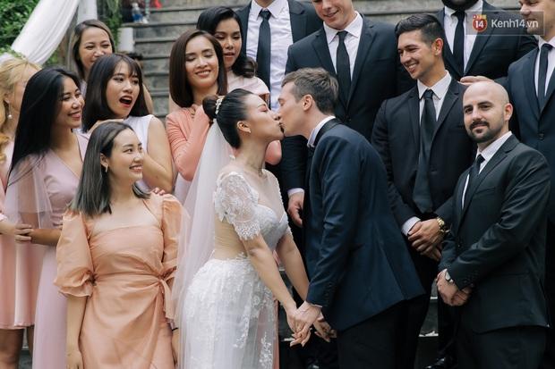 Ngọt lịm tim với loạt khoảnh khắc của MC Hoàng Oanh và chồng Tây: Từ nụ hôn đến cái ôm chặt cũng tình đáng ghen tỵ - Ảnh 5.