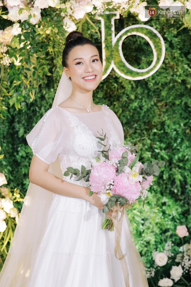 Nhã Phương sánh đôi với Trường Giang, cùng dàn sao Vbiz tới chung vui trong đám cưới Hoàng Oanh - Ảnh 17.