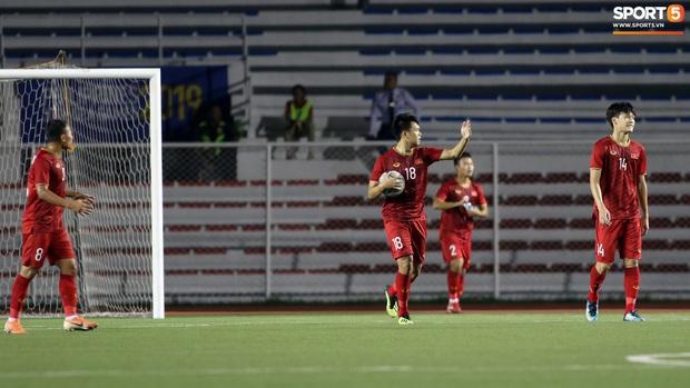 Thầy Park gục đầu thất vọng khi U22 Việt Nam thủng lưới trước U22 Indonesia - Ảnh 3.