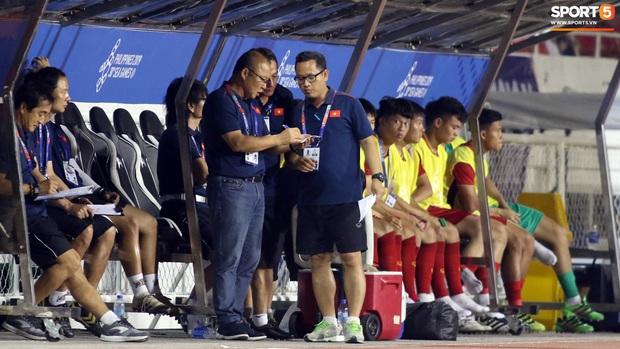 Thầy Park gục đầu thất vọng khi U22 Việt Nam thủng lưới trước U22 Indonesia - Ảnh 8.