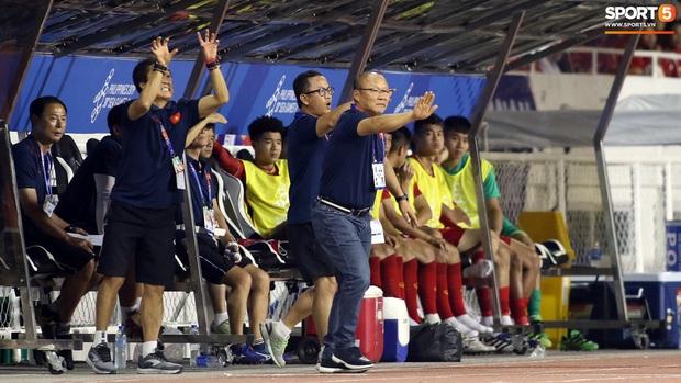 Thầy Park gục đầu thất vọng khi U22 Việt Nam thủng lưới trước U22 Indonesia - Ảnh 9.
