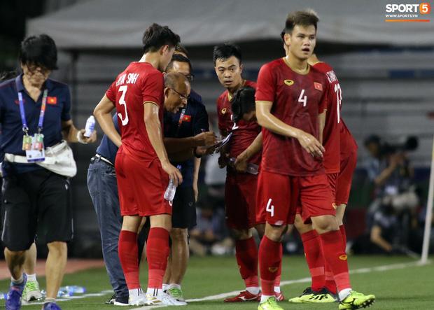 Thầy Park gục đầu thất vọng khi U22 Việt Nam thủng lưới trước U22 Indonesia - Ảnh 12.