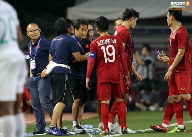 Thầy Park gục đầu thất vọng khi U22 Việt Nam thủng lưới trước U22 Indonesia - Ảnh 11.