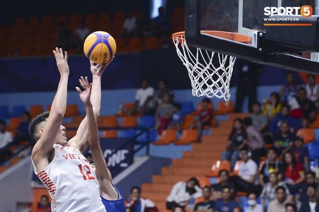 Cố gắng ngăn Việt Nam giành chiến thắng, cầu thủ bóng rổ Campuchia phải rời sân trong đau đớn - Ảnh 1.