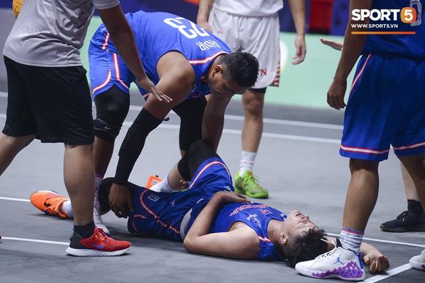 Cố gắng ngăn Việt Nam giành chiến thắng, cầu thủ bóng rổ Campuchia phải rời sân trong đau đớn - Ảnh 3.