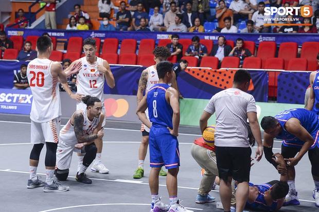 Cố gắng ngăn Việt Nam giành chiến thắng, cầu thủ bóng rổ Campuchia phải rời sân trong đau đớn - Ảnh 4.