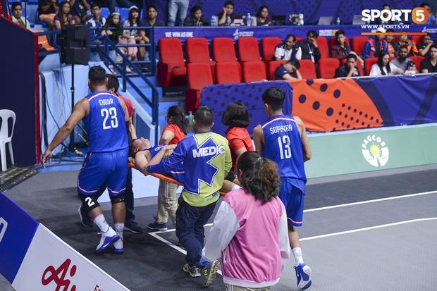 Cố gắng ngăn Việt Nam giành chiến thắng, cầu thủ bóng rổ Campuchia phải rời sân trong đau đớn - Ảnh 6.