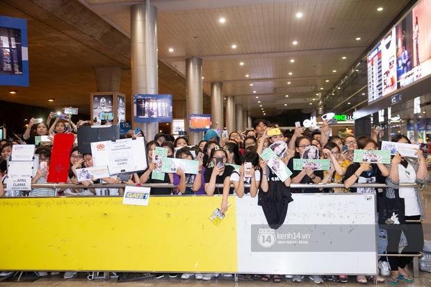 Sân bay Tân Sơn Nhất vỡ trận vì dàn Running Man: Mợ Ngố tươi tắn, Lee Kwang Soo và dàn sao kẹt cứng giữa biển fan khủng chẳng kém AAA - Ảnh 17.