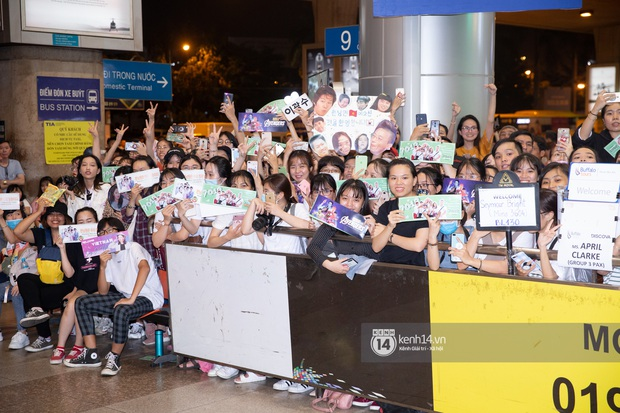 Sân bay Tân Sơn Nhất vỡ trận vì dàn Running Man: Mợ Ngố tươi tắn, Lee Kwang Soo và dàn sao kẹt cứng giữa biển fan khủng chẳng kém AAA - Ảnh 16.