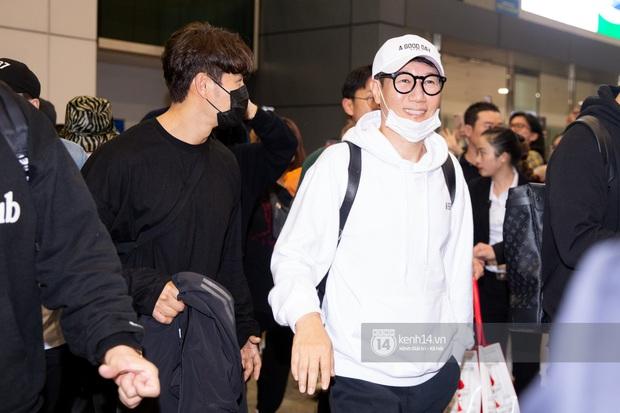 Sân bay Tân Sơn Nhất vỡ trận vì dàn Running Man: Mợ Ngố tươi tắn, Lee Kwang Soo và dàn sao kẹt cứng giữa biển fan khủng chẳng kém AAA - Ảnh 3.
