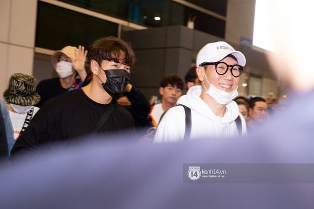 Sân bay Tân Sơn Nhất vỡ trận vì dàn Running Man: Mợ Ngố tươi tắn, Lee Kwang Soo và dàn sao kẹt cứng giữa biển fan khủng chẳng kém AAA - Ảnh 4.