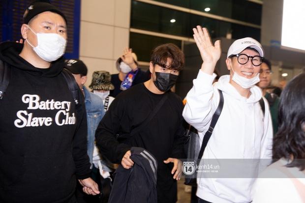 Sân bay Tân Sơn Nhất vỡ trận vì dàn Running Man: Mợ Ngố tươi tắn, Lee Kwang Soo và dàn sao kẹt cứng giữa biển fan khủng chẳng kém AAA - Ảnh 5.