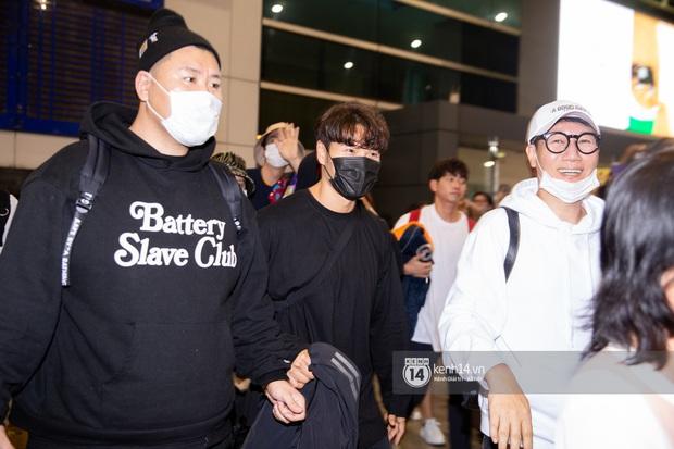 Sân bay Tân Sơn Nhất vỡ trận vì dàn Running Man: Mợ Ngố tươi tắn, Lee Kwang Soo và dàn sao kẹt cứng giữa biển fan khủng chẳng kém AAA - Ảnh 6.