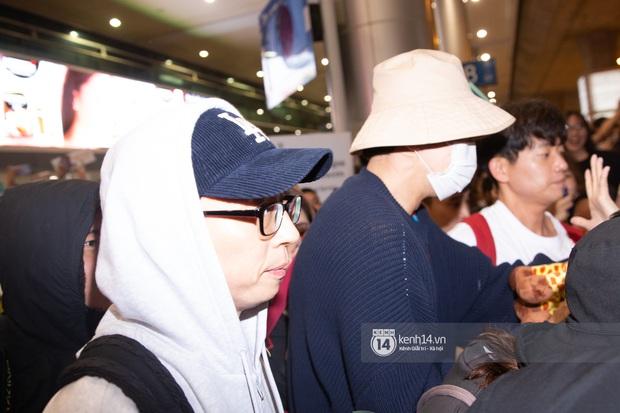 Sân bay Tân Sơn Nhất vỡ trận vì dàn Running Man: Mợ Ngố tươi tắn, Lee Kwang Soo và dàn sao kẹt cứng giữa biển fan khủng chẳng kém AAA - Ảnh 7.