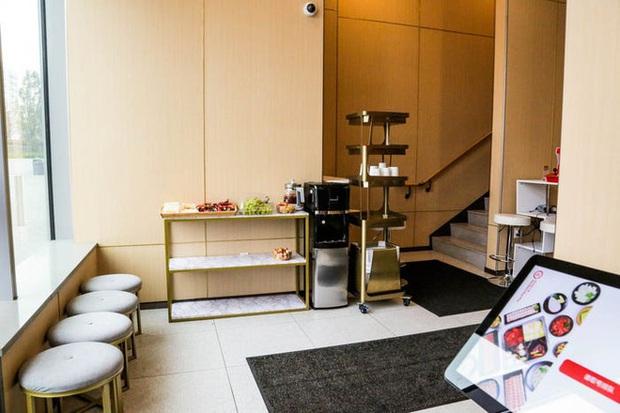Độc đáo chuỗi nhà hàng lẩu Trung Quốc có robot phục vụ khách hàng FA, kiêm luôn làm móng miễn phí - Ảnh 2.