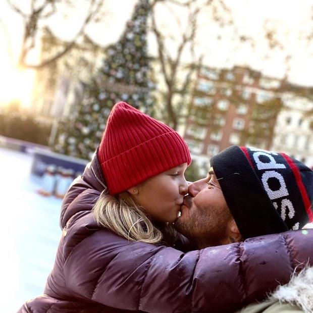 David Beckham tiếp tục công khai hôn môi con gái Harper, bất chấp việc bị chỉ trích - Ảnh 1.